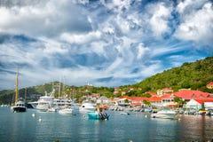 Gustavia stbarts - November 25, 2015: fartyg i yachtklubba eller port i tropisk hamn Segling och segling Lyxigt lopp på yac Arkivbilder