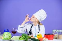 Gusto asombroso Ingredientes de la vuelta en comida deliciosa Habilidades culinarias Delantal del sombrero del desgaste del cocin fotos de archivo libres de regalías