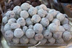 Gusto belga bianco della noce di cocco delle praline, tartufi del cioccolato zuccherato immagine stock libera da diritti
