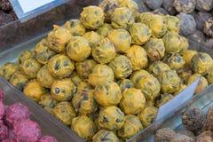 Gusto belga giallo della banana delle praline, tartufi del cioccolato zuccherato fotografie stock libere da diritti