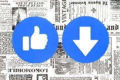 Gusto de Facebook y nuevo botón de Downvote de las reacciones comprensivas de Emoji puestas en el periódico stock de ilustración