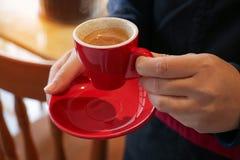 Gusto di barista con il caffè espresso rosso della tazza Immagine Stock Libera da Diritti