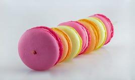 Gusto multiplo dei macrons nei colori differenti fotografia stock