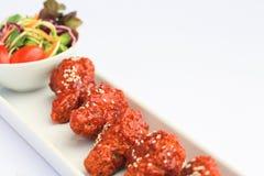 Gusto piccante e dolce del pollo di Bonchon sulla tavola bianca immagini stock