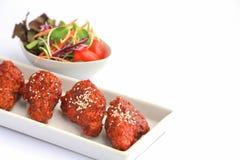 Gusto piccante e dolce del pollo di Bonchon sulla tavola bianca fotografia stock