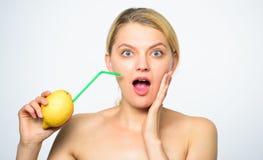 Gusto reale di tatto Stile di vita sano e nutrizione organica Bevanda della vitamina della limonata Limone del succo fresco della fotografie stock