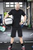 Gut ausgebildeter Mann mit MEDball an der Turnhalle Lizenzfreies Stockfoto