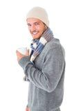 Gut aussehender Mann auf die Wintermode, die Becher hält stockbilder