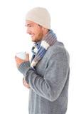 Gut aussehender Mann auf die Wintermode, die Becher hält Stockfoto