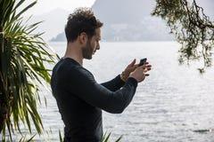 Gut aussehender Mann auf einem See in einem sonnigen, ruhig stockbild