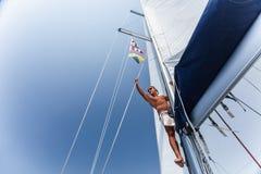 Gut aussehender Mann auf Segelschiff Lizenzfreie Stockbilder