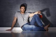 Gut aussehender Mann, der allein trinkt Stockbilder