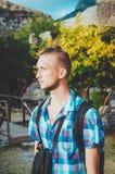 Gut aussehender Mann in der alten Festung Stari-Stange, Montenegro Gebräunter Mann mit Frisur und Bart, die um Ruinen, Tourismus  Stockbilder