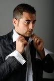 Gut aussehender Mann, der angekleidet erhält Lizenzfreie Stockbilder