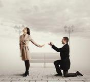Gut aussehender Mann, der Antrag von der Heirat macht Lizenzfreies Stockfoto