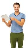 Gut aussehender Mann, der auf Digital-Tablet zeigt Stockfoto