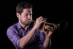 Gut aussehender Mann, der auf Trompete spielt Lizenzfreies Stockfoto