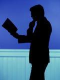 Gut aussehender Mann, der das Comic-Buch liest Lizenzfreie Stockfotografie