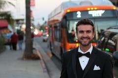 Gut aussehender Mann, der den öffentlichen Transport für das Gehen zu einem Ereignis verwendet Lizenzfreies Stockfoto