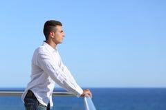 Gut aussehender Mann, der den Horizont betrachtet Stockbilder