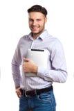 Gut aussehender Mann, der Digital-Tablet hält Stockfoto