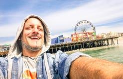 Gut aussehender Mann, der ein selfie bei Santa Monica Pier California nimmt Stockfotografie