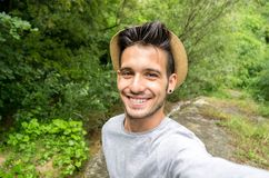 Gut aussehender Mann, der ein selfie nimmt lizenzfreies stockbild