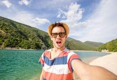 Gut aussehender Mann, der ein selfie nimmt lizenzfreie stockfotos