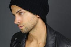 Gut aussehender Mann, der eine Mütze trägt lizenzfreie stockbilder