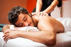 Gut aussehender Mann, der eine Massage hat lizenzfreie stockfotografie