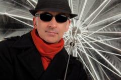 Gut aussehender Mann, der einen Regenschirm hält Stockbilder