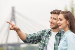 Gut aussehender Mann, der hübsches Mädchen zeigt Lizenzfreies Stockbild
