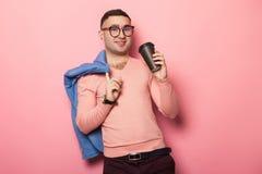 Gut aussehender Mann in der hellen Jacke mit Kaffeetasse Lizenzfreie Stockbilder
