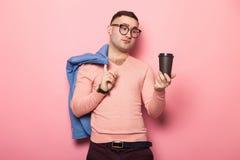 Gut aussehender Mann in der hellen Jacke mit Kaffeetasse Stockfotos