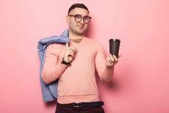 Gut aussehender Mann in der hellen Jacke mit Kaffeetasse Stockfoto