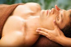 Gut aussehender Mann, der im Badekurortsalon sich entspannt Lizenzfreies Stockbild