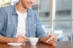 Gut aussehender Mann, der im Café sitzt Stockbilder