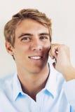 Gut aussehender Mann, der intelligenten Handy verwendet Stockfoto