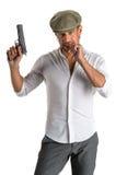 Gut aussehender Mann in der Kappe mit einem Gewehr Lizenzfreies Stockfoto