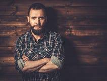 Gut aussehender Mann, der kariertes Hemd trägt Stockfotografie
