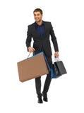 Gut aussehender Mann in der Klage mit Einkaufstaschen Lizenzfreie Stockfotos