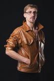 Gut aussehender Mann in der Lederjacke stockfotografie