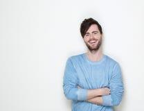 Gut aussehender Mann, der mit den Armen gekreuzt lächelt Lizenzfreies Stockfoto