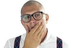 Gut aussehender Mann, der mit der Hand auf seinem Kinn denkt Lizenzfreie Stockfotografie