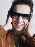Gut aussehender Mann, der Musik genießt Stockfotografie