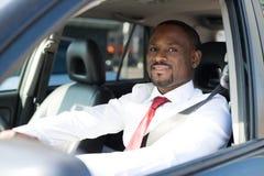 Gut aussehender Mann, der sein Auto fährt stockbild