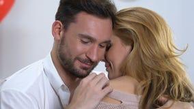 Gut aussehender Mann, der seine geliebte Frau küsst auf Schulter, Neigung Romanze streichelt stock footage