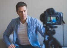 Gut aussehender Mann, der Videoblog macht Stockfotos