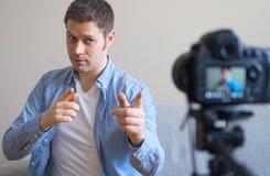 Gut aussehender Mann, der Videoblog macht Stockbilder