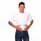 Gut aussehender Mann, der zu den Leuten mit Magenschmerzen schaut Lizenzfreie Stockfotografie